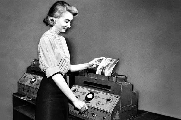 Technology Kills a Lot of Industries, But Why Won't the Fax Machine Just Die Already?